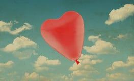 Ballon rouge de coeur d'amour sur le fond de ciel bleu, concept de valentine Image stock
