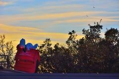 Ballon snoopy, die goldene Stunde genießend Lizenzfreie Stockfotos