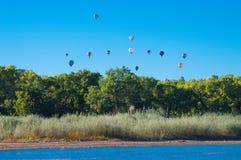 Ballonaufstieg über dem Fluss Stockbilder