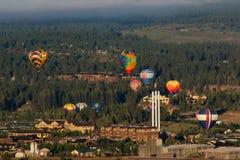 Ballone über Biegung stockbilder