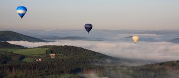 Ballone über dem Nebel Lizenzfreie Stockfotografie