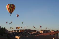 Ballone über den Dachspitzen 3 Stockfotos