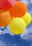 Ballone auf blauem Himmel Lizenzfreie Stockfotos