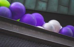 Ballone auf dem Dach im Regen Stockfotografie