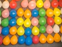 Ballone auf einer Wand, Teil eines Karnevals. Stockfoto