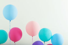 Ballone auf weißem hölzernem Hintergrund Stockfoto