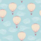 Ballone, die in den Sommerhimmel fliegen Stockfoto