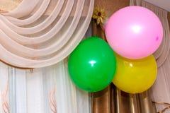 Ballone, die an der Wand hängen Stockfotografie