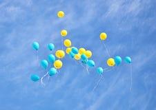 Ballone, die oben in den Himmel fliegen Lizenzfreie Stockbilder