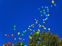 Ballone im blauen Himmel Lizenzfreies Stockfoto