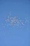 Ballone im blauen Himmel. Lizenzfreies Stockfoto