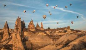 Ballone im Himmel über Cappadocia Stockfoto