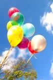 Ballone im Himmel Stockfotos