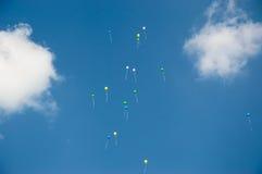 Ballone im Himmel Stockbild