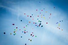 Ballone im Himmel Stockfoto