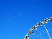 Ballone im Himmel anf das Riesenrad, St Petersburg Lizenzfreie Stockbilder