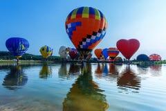 Ballone im Himmel, Ballon-Festival, internationale Ballon-Fiesta 2017 Singhapark Stockbilder
