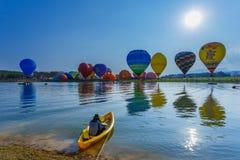 Ballone im Himmel, Ballon-Festival, internationale Ballon-Fiesta 2017 Singhapark Stockfoto