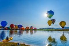 Ballone im Himmel, Ballon-Festival, internationale Ballon-Fiesta 2017 Singhapark Stockbild