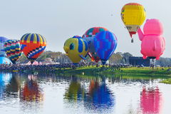 Ballone im Himmel, Ballon-Festival, internationale Ballon-Fiesta 2017 Singhapark Lizenzfreie Stockfotos
