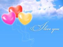 Ballone im Himmel und IM LIEBES-Wort lizenzfreies stockfoto