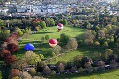 Ballone kommen heraus zu spielen Lizenzfreies Stockbild