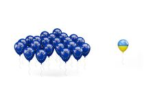Ballone mit Flagge von EU und von Ukraine Lizenzfreie Stockfotos