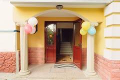 Ballone am Portal-Eingang Stockfotografie