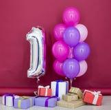 Ballone von verschiedenen Farben mit Geschenken für Geburtstag lizenzfreies stockfoto