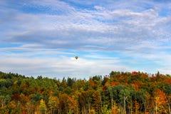 Ballong för varm luft över Autumn Trees Royaltyfri Fotografi