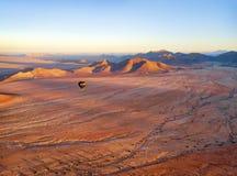 Ballong för varm luft över den namibiska öknen som tas i Januari 2018 royaltyfri bild