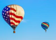 Ballong för varm luft för amerikanska flaggan & mång- kulör ballong Royaltyfri Fotografi