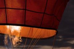 Ballong för varm luft för flammainsida på natten Arkivfoton