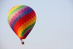 Ballong för varm luft för regnbåge Arkivbilder