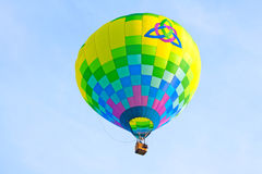 Ballong för varm luft med hjärta inom Treenighetsymbol Arkivbilder