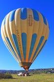 Ballong för varm luft med turister som landar i Cappadocia Turkiet Royaltyfri Bild