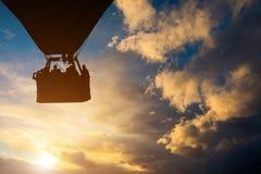 Ballong för varm luft mot en härlig solnedgånghimmel royaltyfria bilder