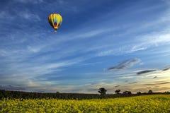 Ballong för varm luft - North Yorkshire bygd - England Royaltyfri Foto