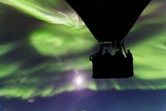 Ballong för varm luft på en bakgrund av de nordliga ljusen Royaltyfri Bild