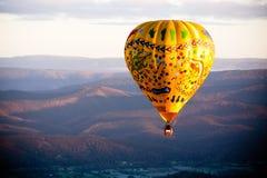 Ballong för varm luft på soluppgång Fotografering för Bildbyråer