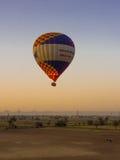 Ballong för varm luft på soluppgång i Luxor Arkivfoto