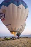 Ballong för varm luft som är klar att ta av Arkivbilder