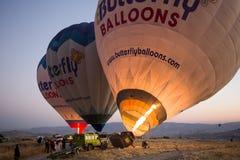 Ballong för varm luft som är klar att ta av Royaltyfri Bild
