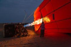 Ballong för varm luft som är uppblåst och förbereder sig för flyg arkivbild