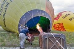 Ballong för varm luft som förbereder sig till flyget Makariv Ukraina Fotografering för Bildbyråer