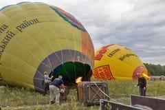 Ballong för varm luft som förbereder sig till flyget Makariv Ukraina Arkivbilder