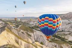 Ballong för varm luft som flyger över Cappadocia, Turkiet arkivfoton