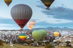 Ballong för varm luft som flyger över Cappadocia, Turkiet arkivfoto