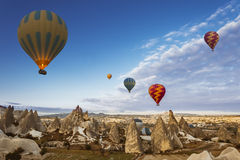 Ballong för varm luft som flyger över Cappadocia, Turkiet fotografering för bildbyråer
