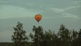 Ballong för varm luft som flyger över fält i bygd stock video